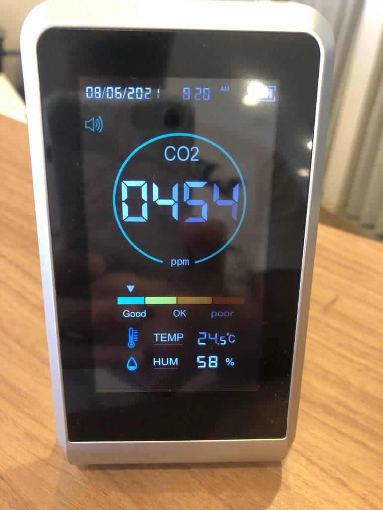 待合室にCO2濃度測定器を導入しました